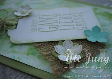 Grußkarte mit den Petite Petals Blüten dekoriert