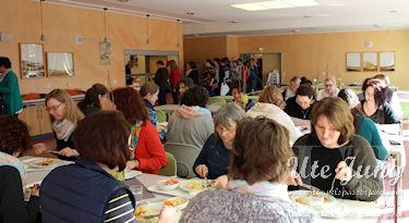 Wohlverdientes Mittagsessen im Speisesaal der Jugendherberge