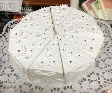 """Torte, geschnitten mit den Thinlits Formen """"Tortenstück'"""", dekoriert mit den Blüten aus der Stanze """"Dreierlei Blüten"""" und Glitzersteinen"""